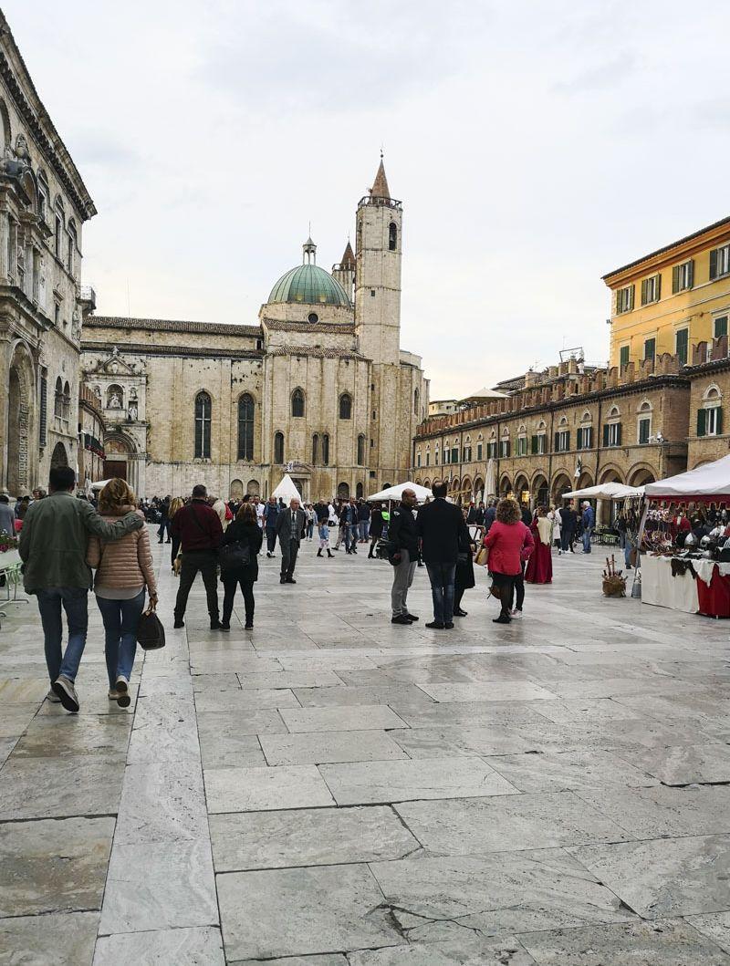 Olive-all-ascolana-ad-Ascoli-Piceno-Piazza-del-Popolo