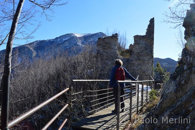 sentiero 411 del CAI Ascoli Piceno - passaggio di legno